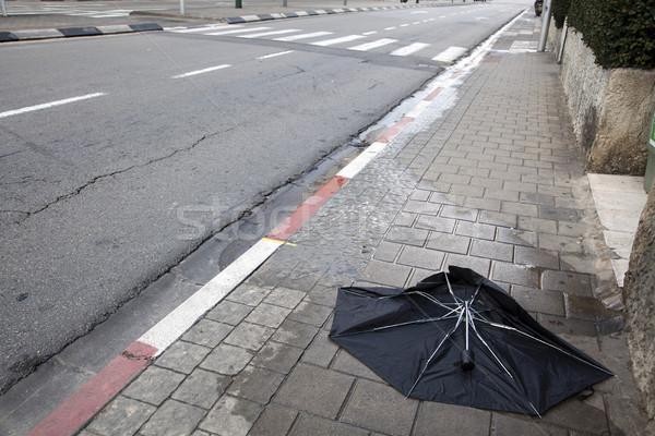 Paraplu lijk zwarte trottoir lege straat Stockfoto © eldadcarin