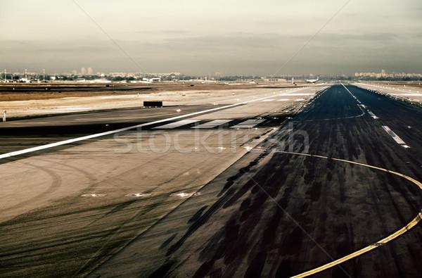 Aeropuerto pista gran angular vista neumático oscuro Foto stock © eldadcarin