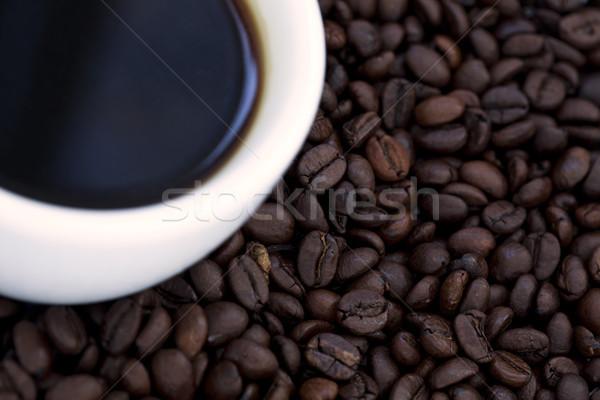 Zwarte koffie bonen beker koffiebonen shot Stockfoto © eldadcarin