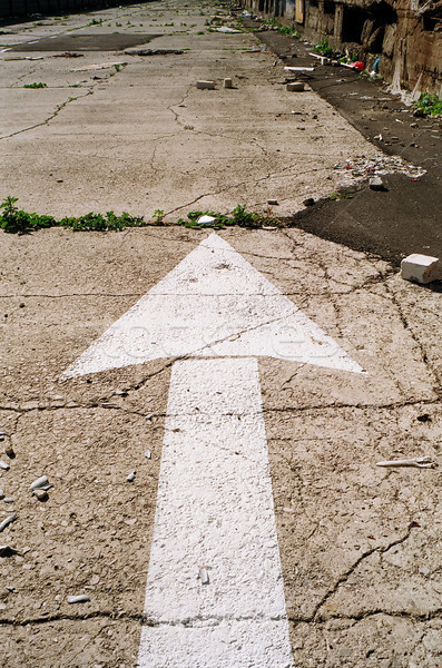Opuszczony ulicy arrow biały zaniedbany drogowego Zdjęcia stock © eldadcarin