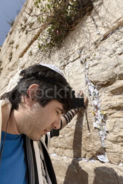 Hombre rezando occidental pared adulto temprano Foto stock © eldadcarin
