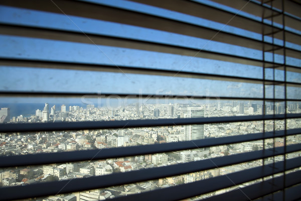 Jaloezieën Open positie vuile venster gebouwen Stockfoto © eldadcarin