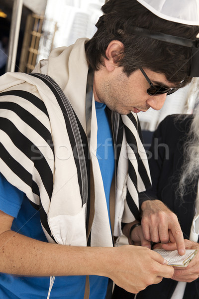 Touristiques adulte homme prière Photo stock © eldadcarin