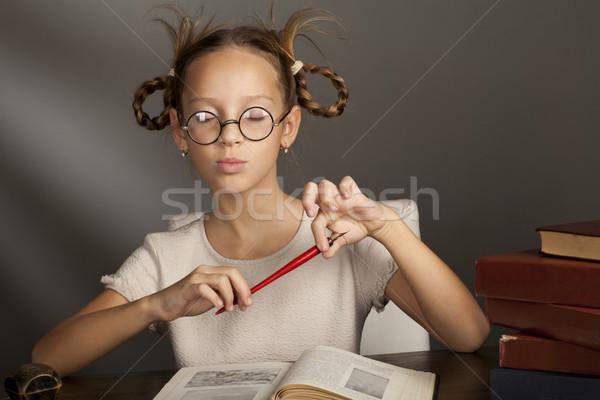 Otto anni vecchio ragazza tavola libri Foto d'archivio © Elegies