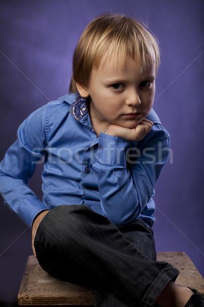 Ragazzo blu shirt nero pantaloni sedia Foto d'archivio © Elegies