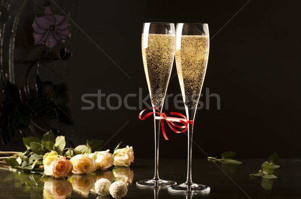 Iki gözlük şampanya karanlık güller tablo Stok fotoğraf © Elegies