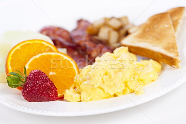 Desayuno placa delicioso huevos revueltos brindis tocino Foto stock © elenaphoto