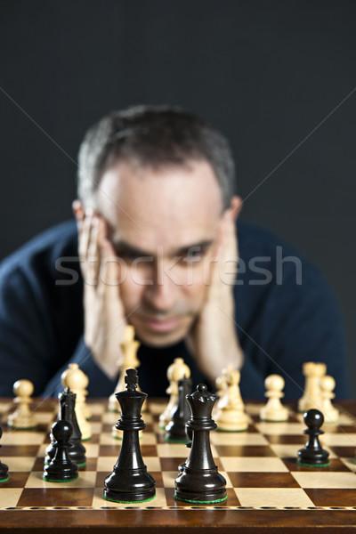 Foto stock: Hombre · tablero · de · ajedrez · tablero · de · ajedrez · pensando · ajedrez · estrategia