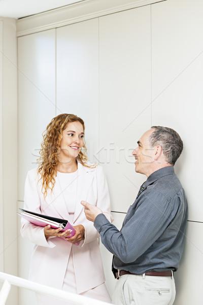Mówić korytarzu człowiek kobieta Zdjęcia stock © elenaphoto