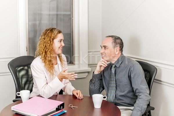 Makelaar praten cliënt vrouwelijke nieuw huis eigenaar Stockfoto © elenaphoto
