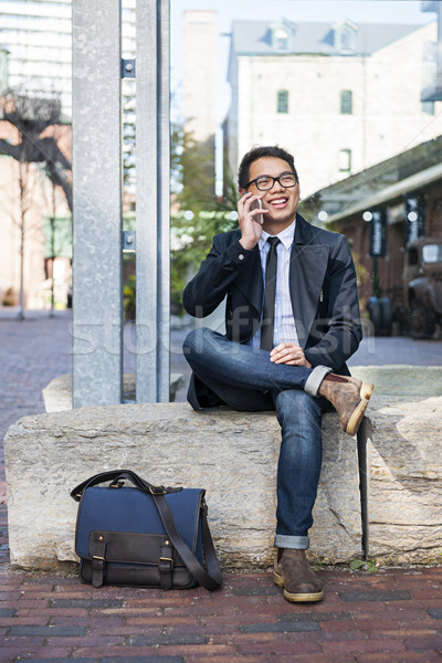 Foto stock: Jovem · asiático · homem · falante · celular · feliz