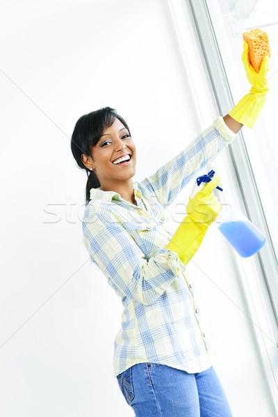 Foto stock: Sorrindo · limpeza · windows · sorridente · mulher · negra · vidro
