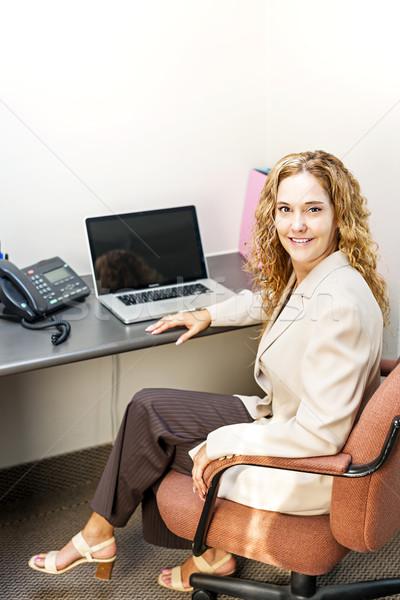улыбающаяся женщина сидят счастливым деловая женщина рабочая станция Сток-фото © elenaphoto