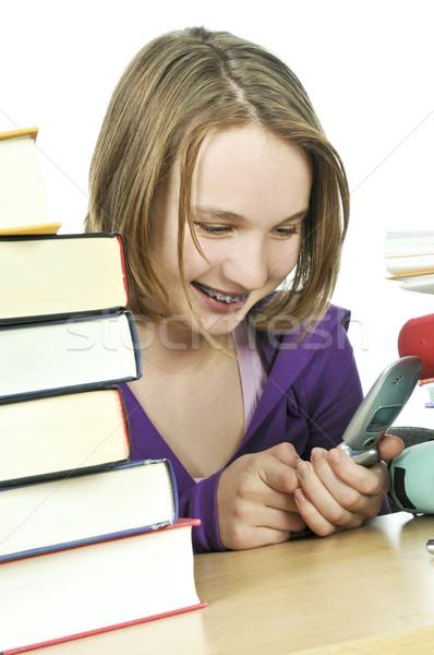 Tinilány tanul sms üzenetküldés mobiltelefon iskola lány Stock fotó © elenaphoto