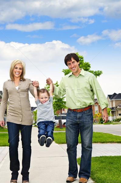 Сток-фото: счастливая · семья · молодые · играет · сын · тротуаре · женщину