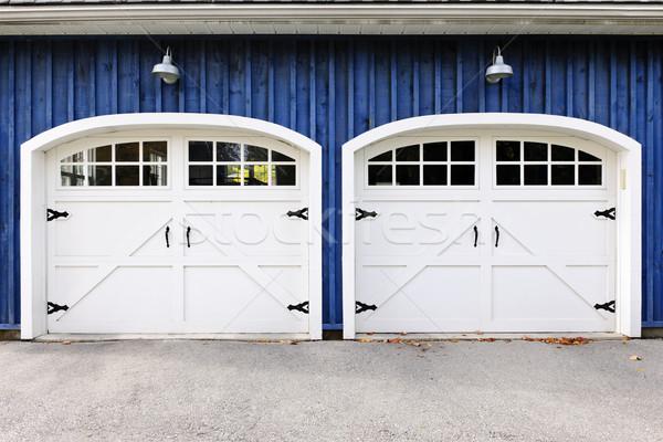 Podwoić garaż drzwi dwa biały Windows Zdjęcia stock © elenaphoto