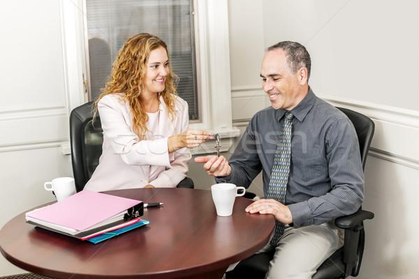 Hatóanyag kulcsok vevő női ingatlanügynök új otthon Stock fotó © elenaphoto