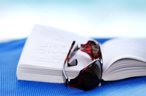 Сток-фото: Солнцезащитные · очки · книга · открытой · книгой · Летние · каникулы · женщину