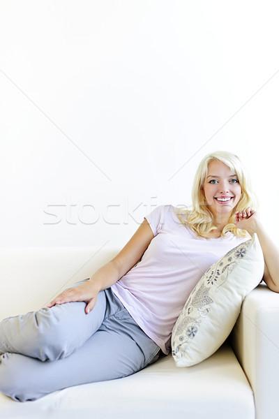 Сток-фото: женщину · расслабляющая · диване · красивой · домой