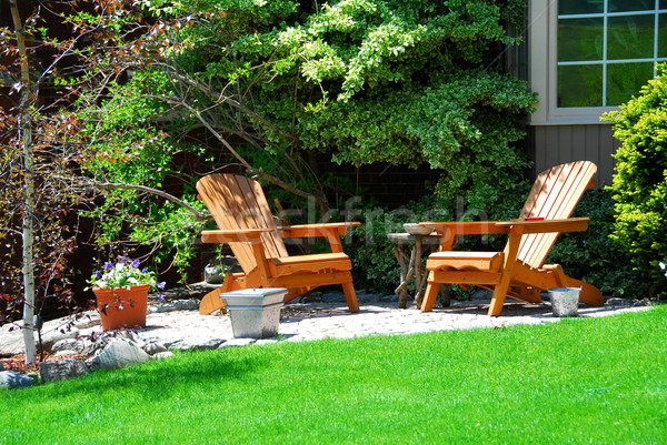 Maison patio bois chaises fleurs maison Photo stock © elenaphoto