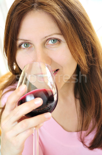 Verre vin rouge souriant femme Photo stock © elenaphoto