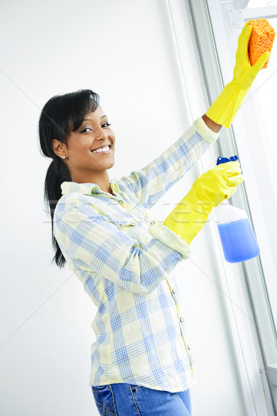 Uśmiechnięta kobieta czyszczenia Windows uśmiechnięty czarnej kobiety szkła Zdjęcia stock © elenaphoto
