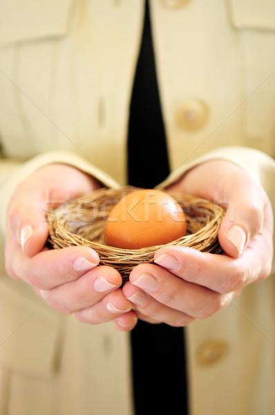 Zdjęcia stock: Ręce · gniazdo · jaj · kobieta · strony