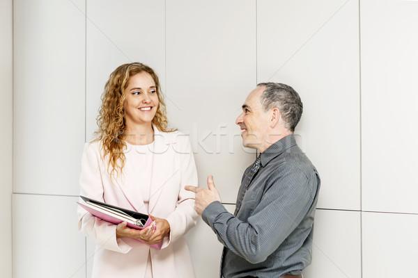 Działalności mówić korytarzu człowiek kobieta Zdjęcia stock © elenaphoto