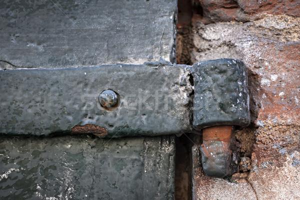 Antigo dobradiça pormenor metal portão velho Foto stock © elenaphoto