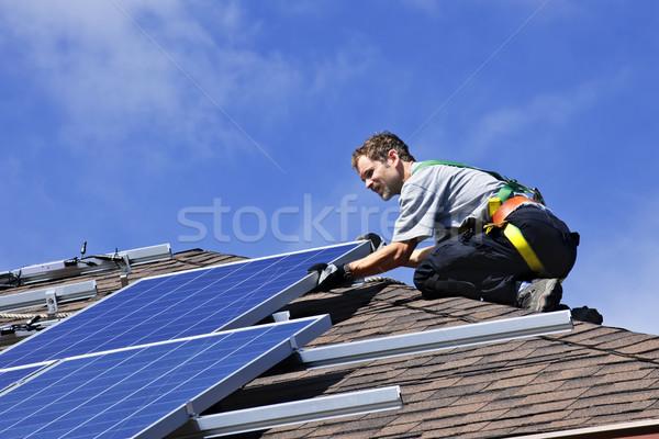 Stockfoto: Zonnepaneel · installatie · man · alternatief · energie