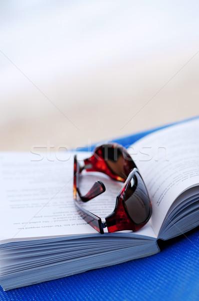 Foto stock: óculos · de · sol · livro · livro · aberto · férias · de · verão · mulher