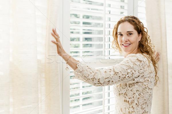Stok fotoğraf: Gülümseyen · kadın · pencere · mutlu · kadın · açılış · perde