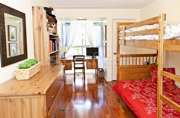 Sypialni wnętrza drewnianej podłogi student fotograf Zdjęcia stock © elenaphoto