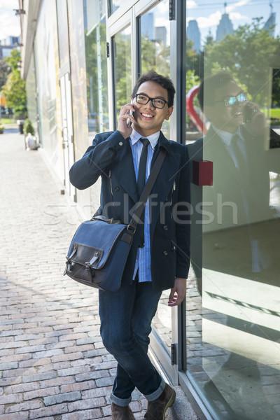 Foto stock: Jovem · asiático · homem · falante · telefone · móvel · homem · de · negócios