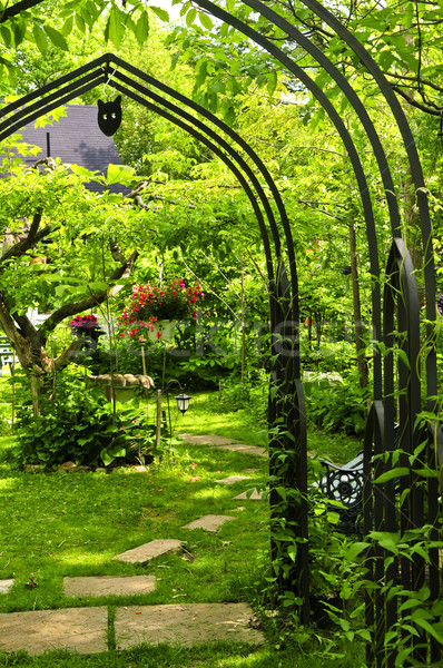 Exuberante verde jardín hierro flores Foto stock © elenaphoto