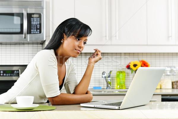 Сток-фото: женщину · кухне · черную · женщину · современных
