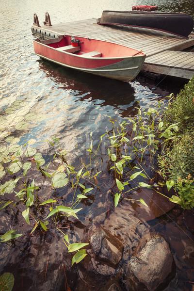 Barco doca pequeno lago vermelho Foto stock © elenaphoto