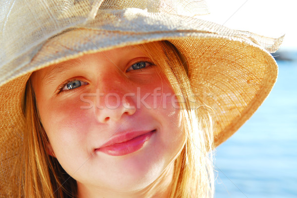 Tinilány portré visel szalmakalap tengerpart nő Stock fotó © elenaphoto