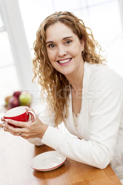 Stok fotoğraf: Gülümseyen · kadın · kırmızı · kahve · fincanı · portre · oturma