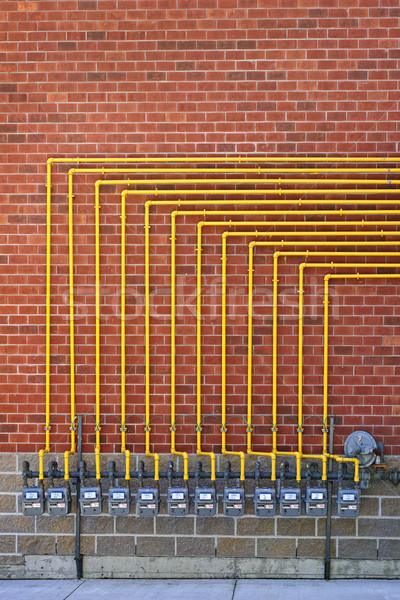 Gas Backsteinmauer Zeile Erdgas gelb Rohre Stock foto © elenaphoto
