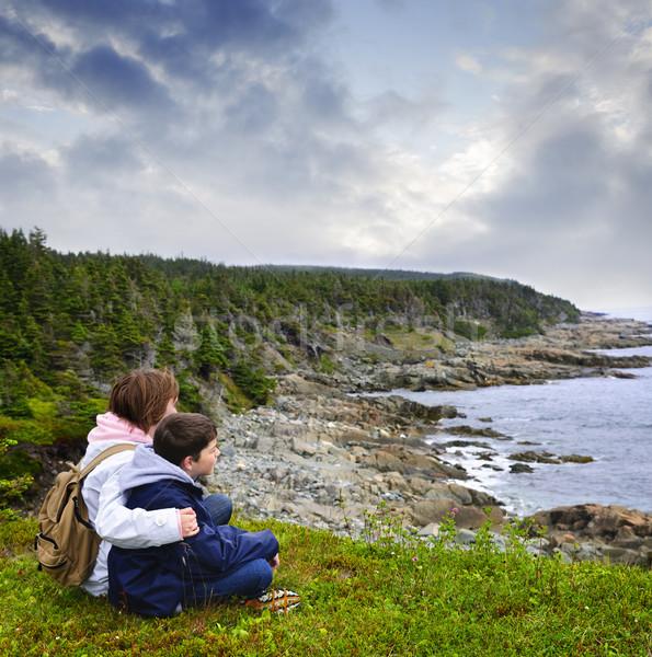 Zdjęcia stock: Dzieci · posiedzenia · wybrzeża · nowa · fundlandia · patrząc