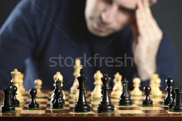 Hombre tablero de ajedrez tablero de ajedrez pensando ajedrez estrategia Foto stock © elenaphoto