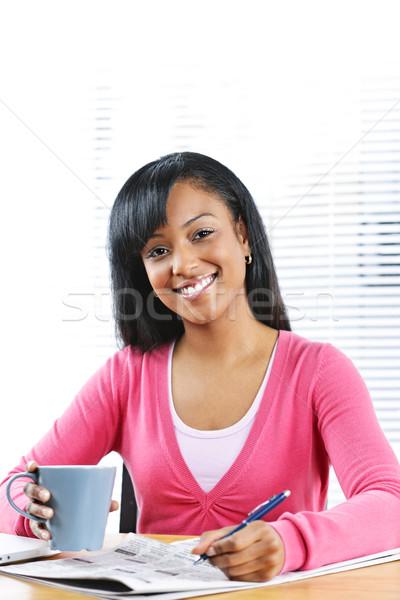 Сток-фото: молодые · улыбающаяся · женщина · глядя · работу · счастливым · черный
