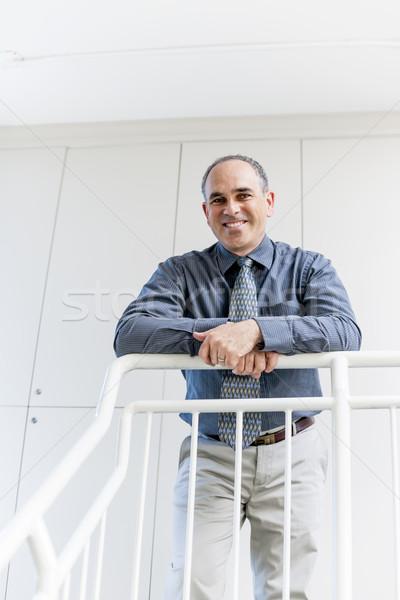 Biznesmen stałego biuro korytarzu uśmiechnięty portret Zdjęcia stock © elenaphoto
