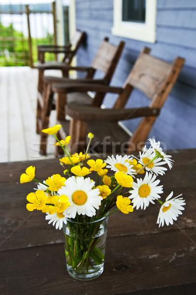 Foto stock: Flores · silvestres · buquê · casa · de · campo · rústico · tabela · país