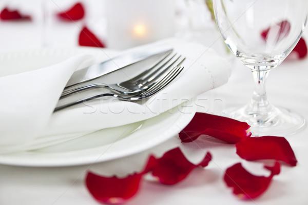 Stock fotó: Romantikus · vacsora · rózsaszirmok · asztal · tányérok · evőeszköz
