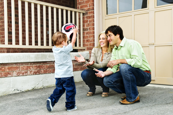 семьи играет футбольным мячом счастливым молодые Футбол Сток-фото © elenaphoto
