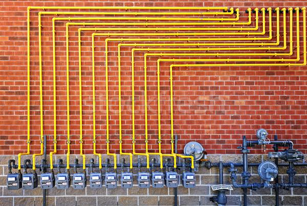 Foto stock: Alto · parede · de · tijolos · amarelo · pipes