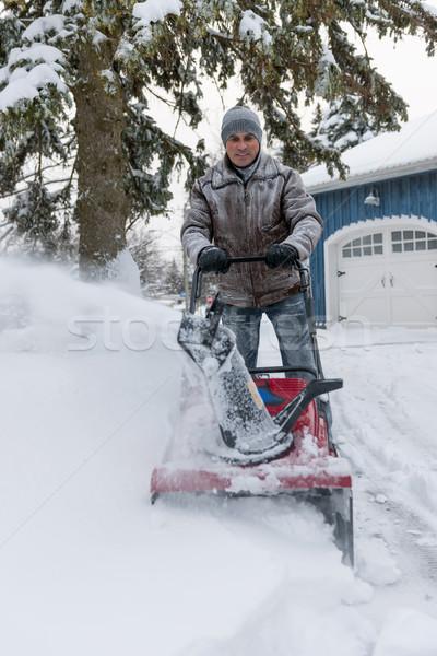 Homem entrada da garagem profundo neve residencial casa Foto stock © elenaphoto