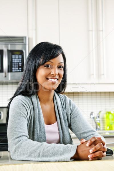 Stockfoto: Vrouw · keuken · glimlachend · zwarte · vrouw · moderne · keuken · interieur